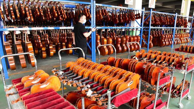 Deretan biola dan selo tertata di sebuah bengkel kerja di Queshan, Provinsi Henan, China, Rabu (20/5/2020). Kawasan industri penghasil alat musik tersebut mampu memproduksi 30.000 biola dan selo setiap tahun. (Xinhua/Zhu Xiang)