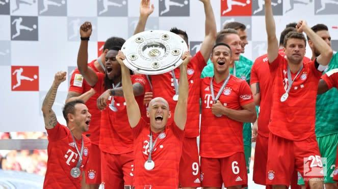 Arjen Robben angkat trofi Bundesliga ke-8 dalam 10 musim bersama Bayern Munich