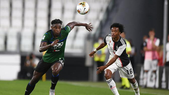 Striker Atalanta, Duván Zapata, berebut bola dengan gelandang Juventus, Juan Cuadrado, pada laga Serie A di Allianz Stadium, Minggu (12/7/2020). Kedua tim bermain imbang 2-2. (Fabio Ferrari/LaPresse via AP)