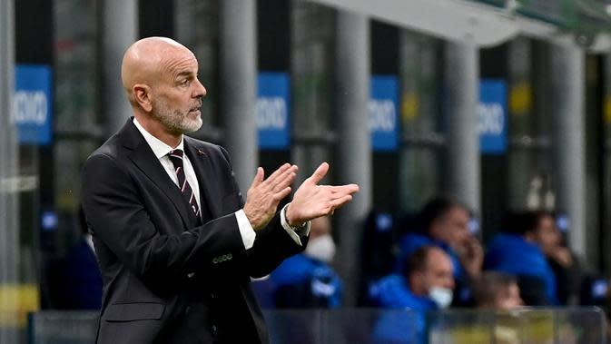 Pelatih AC Milan, Stefano Pioli, memperhatikan pemainnya saat menghadapi Inter Milan pada laga lanjutan Liga Italia di Stadion San Siro, Sabtu (17/10/2020) malam WIB. AC Milan menang 2-1 atas Inter Milan. (AFP/Miguel Medina