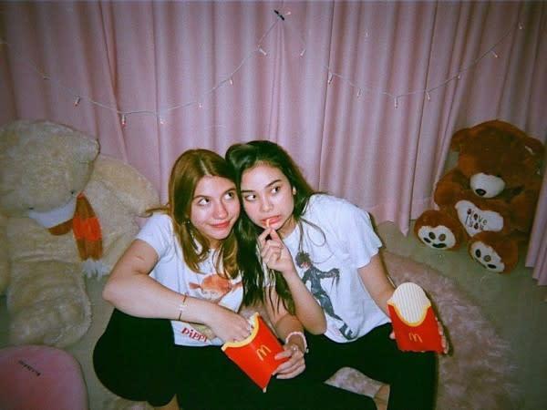 10 Momen Persahabatan Cassandra Lee dan Sephora Sievert, Manis Banget!