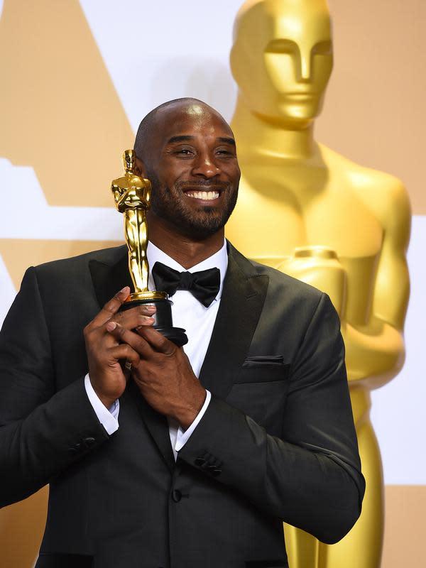 Kobe Bryant berpose sambil memegang Piala Oscar 2018 usai meraih penghargaan di Academy Awards ke-90 di Hollywood, California (3/4).