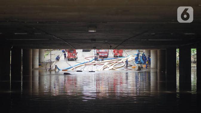 Kondisi banjir yang menggenangi underpass Kemayoran, Jakarta, Senin (3/2/2020). Curah hujan tinggi menyebabkan banjir yang menggenangi kawasan tersebut lama surut sehingga menutup arus lalu lintas. (Liputan6.com/Immanuel Antonius)