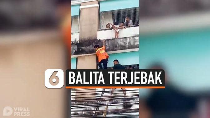 VIDEO: Penyelamatan Balita yang Terjebak di Balkon Lantai 4 Rumahnya