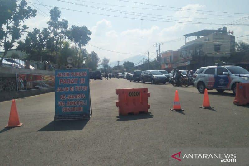 Penguna jalan terjebak 12 jam di Ciawi-Cianjur akibat macet