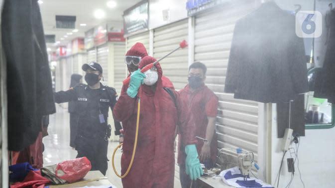 Dinas Penanggulangan Kebakaran dan Penyelamatan Provinsi DKI Jakarta melakukan penyemprotan cairan disinfektan di area perdagangan Pasar Senen, Jakarta, Selasa (9/6/2020). Kegiatan ini bertujuan untuk memutus mata rantai penyebaran Covid-19 khususnya di tempat keramaian. (Liputan6.com/Faizal Fanani)