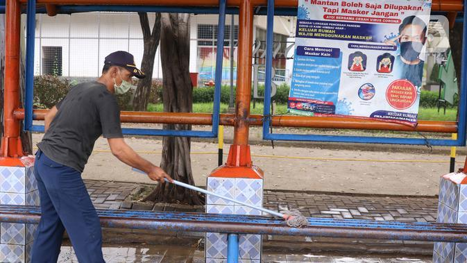Petugas membersihkan fasilitas halte yang terletak di kawasan Tangerang, Senin (15/6/2020). Jelang penerapan tatanan kenormalan baru atau new normal, prasarana transportasi umum, seperti halte bus dipersiapkan agar bisa menjalankan protokol kesehatan dengan baik. (Liputan6.com/Angga Yuniar)