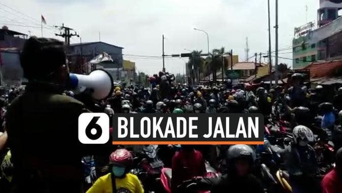 VIDEO: Tolak Omnibus Law, Buruh Blokade Jalan di Cikarang