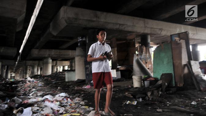 Seorang anak berjalan di permukiman kolong tol kawasan Tanjung Priok, Jakarta, Rabu (16/1). BPS mencatat persentase jumlah penduduk Indonesia miskin pada September 2018 sebesar 9,66 persen atau menurun 0,16 persen. (Merdeka.com/Iqbal S Nugroho)