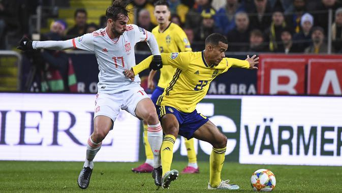Penyerang Swedia Robin Quaison berusaha mengontrol bola dari kawalan pemain Spanyol Fabian Ruiz pada pertandingan Grup F Piala Eropa 2020 di Friends Arena, Stockholm (15/10/2019). Spanyol bermain imbang 1-1 dan memastikan diri lolos ke putaran final Piala Eropa 2020. (AFP Photo/Jonathan Nackstrand)