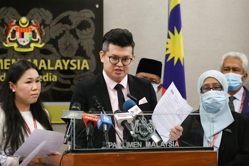 Bandar Kuching MP Dr Kelvin Yii (centre) speaks during a press conference at Parliament in Kuala Lumpur August 13, 2020. — Picture by Yusof Mat Isa