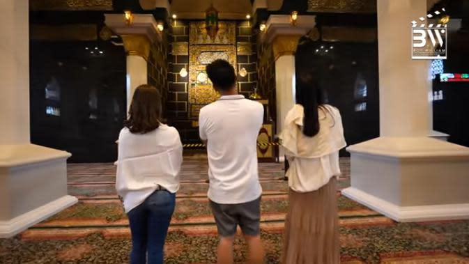 Setelah dari lapangan golf, Ovi dan Mamanya mengajak ke masjid mewah masih di halaman belakang. Selain digunakan pribadi, masjid yang dibuat terinspirasi dari Masjid Nabawi, Mekkah itu juga digunakan untuk umum. (Youtube/Boy William)