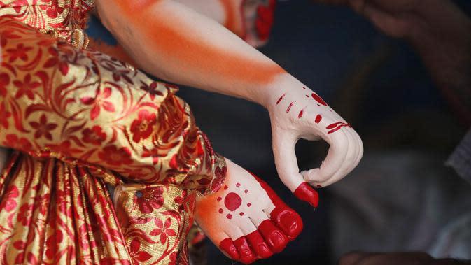 Pematung Nepal Shyam Pandit memberikan sentuhan akhir pada patung dewi Hindu Durga menjelang festival Dashain di Kathmandu, Nepal (14/10/2020). (AP Photo/Niranjan Shrestha)