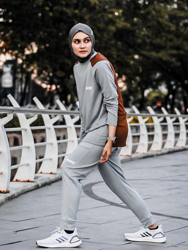 Di Instagramnya, Zee Zee kerap berpenampilan sporty dengan berbagai gaya. Salah satunya ketika ia memakai baju olahraga serba abu-abu dilengkapi sepatu kets putih. (Liputan6.com/IG/@zeezeeshahab)