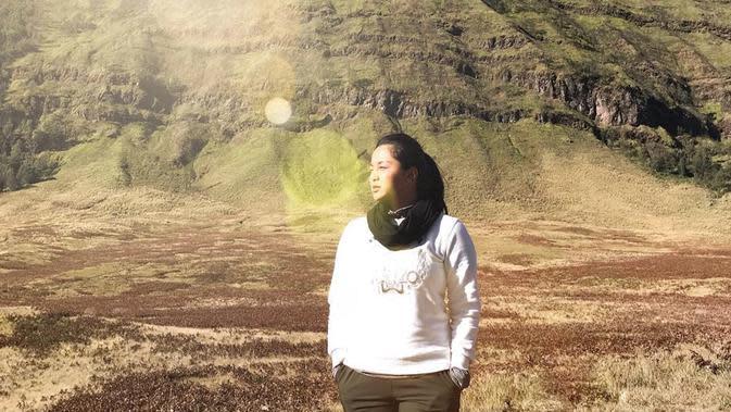 Wanita 29 tahun ini tampil sporty saat menikmati panorama Gunung Bromo. Tak mau kehilangan momen, ia pun mengabadikan momen liburannya. (Liputan6.com/IG/@delliedinda)