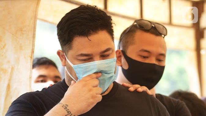 Ekspresi Ivan Gunawan saat menghadiri pemakaman almarhum ayahnya Bambang Tjahyo Gunawan di TPU Kampung Kandang, Jagakarsa, Jakarta Selatan, Senin (13/7/2020). Ayah Ivan Gunawan meninggal dunia pada 12 Juli 2020 sore. (Fimela.com/Bambang Ekoros Purnama)