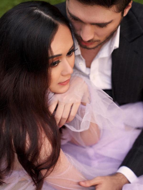 Aura Kasih yang membina rumah tangga dengan Eryck Amaral sejak tahun 2018 silam juga tidak mau ambil pusing dengan kabar cerai. Masih dalam tayangan tersebut, ia mengaku banyak yang tanya dengan manajernya soal cerai. Padahal ia mengaku baik-baik saja dengan suami. (Instagram/eryckama_ral)