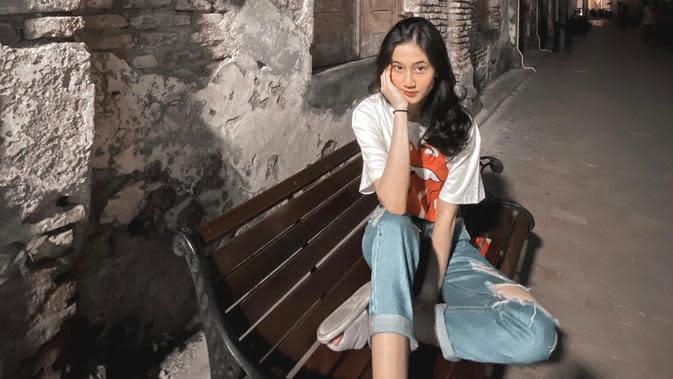 Perempuan kelahiran 2 Februari 2003 ini juga tetap tampil menarik saat menggunakan baju kaus. Menggunakan baju kaus putih dan celana jeans berwarna biru, ia tampak percaya diri. Perempuan yang juga cukup aktif mengunggah video di akun YouTube ini tampil simpel. (Liputan6.com/IG/@keisyalevronka)