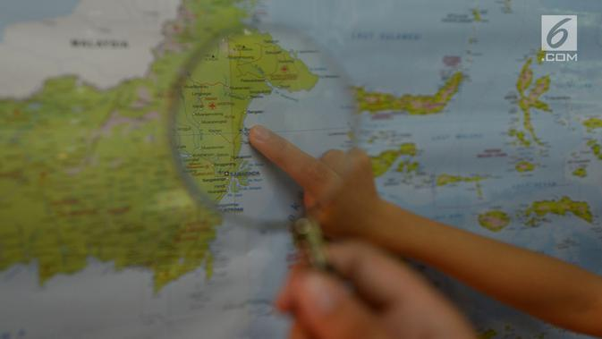 Sejumlah siswa mencari lokasi calon ibu kota baru pada peta saat kegiatan belajar bertema wawasan Nusantara di SDN Menteng 02, Jakarta, Selasa (27/8/2019). Kegiatan belajar wawasan Nusantara itu memberitahukan lokasi pemindahan ibu kota RI dari Jakarta ke Kalimantan Timur.(merdeka.com/Imam Buhori)