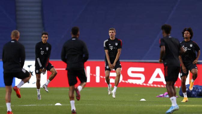 Para pemain Bayern Munchen melakukan pemanasan selama sesi latihan di stadion Da Luz, Lisbon, Portugal (13/8/2020). Bayern Munchen akan bertanding melawan Barcelona pada perempat final Liga Champions di Estadio da Luz. (Rafael Marchante/Pool via AP)