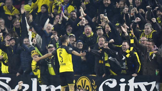 Pemain Borussia Dortmund, Achraf Hakimi, melakukan selebrasi usai membobol gawang Inter Milan pada laga Liga Champions 2019 di Stadion Signal Iduna Park, Selasa 926/11). Borussia Dortmund menang 3-2 atas Inter Milan. (AP/Martin Meissner)