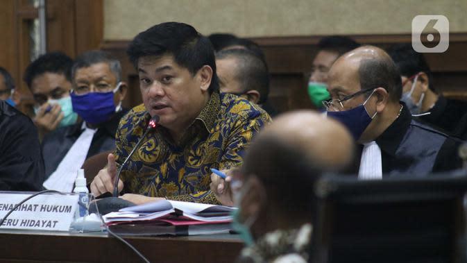 Terdakwa kasus dugaan korupsi di PT Asuransi Jiwasraya dari kalangan pengusaha Heru Hidayat (tengah) saat menjalani sidang lanjutan di Pengadilan Tipikor Jakarta, Senin (6/7/2020). Sidang mendengar keterangan saksi. (Liputan6.com/Helmi Fithriansyah)