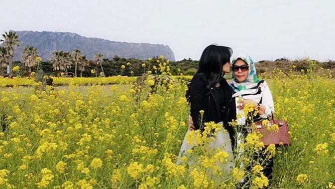 Syahrini memanjakan ibunya, Wati Nurhayati dengan mengajaknya liburan ke Korea di sela-sela kesibukannya di dunia entertainment.