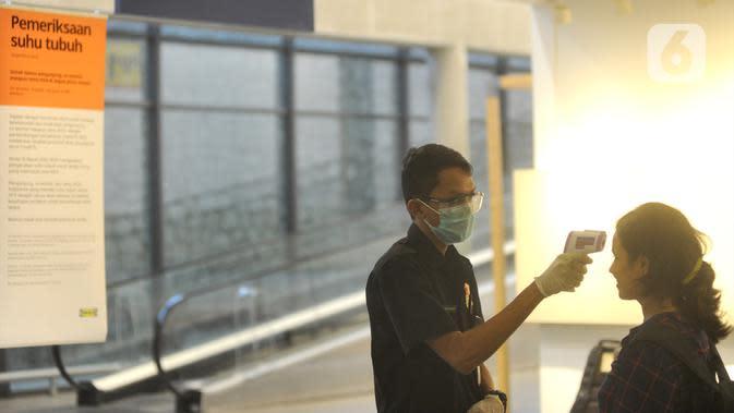 Petugas memeriksa suhu tubuh pengunjung Mall Ikea Alam Sutera untuk mengantisipasi penyebaran vius corona COVID-19, Tangerang Selatan, Banten, Kamis (12/3/2020). Organisasi Kesehatan Dunia (WHO) mengumumkan bahwa virus corona telah menjadi pandemi global. (merdeka.com/Arie Basuki)