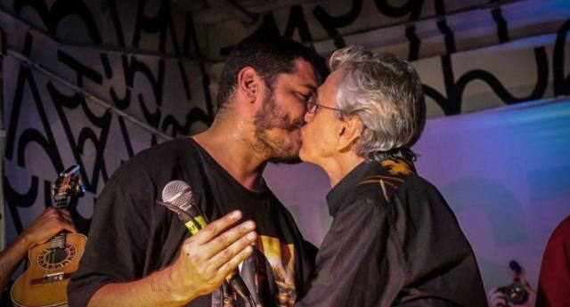 Caetano和Criolo在音乐节期间接吻(复制品/ instagram @midianinja照片:@webertdacruz /合作报道)