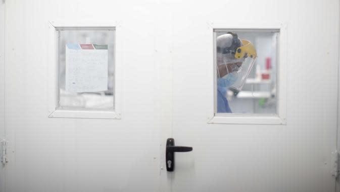 Seorang petugas kesehatan merawat pasien di unit perawatan intensif yang diperuntukkan bagi orang yang terinfeksi COVID-19 di Mar del Plata, Argentina, Sabtu (10/10/2020). (AP Photo/Natacha Pisarenko)