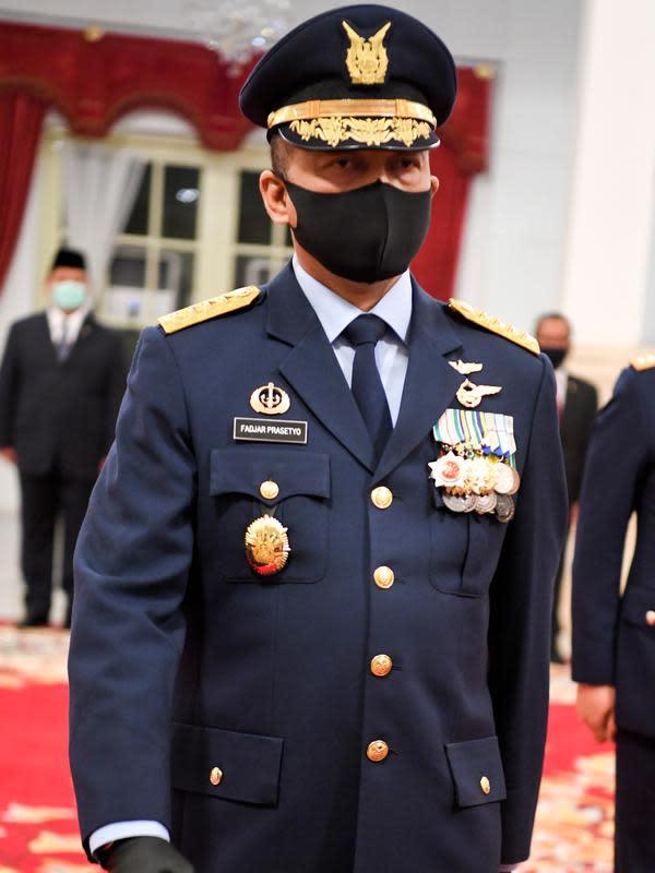 Marsekal TNI Fadjar Prasetyo bersiap dilantik sebagai Kepala Staf Angkatan Udara (KSAU) di Istana Negara, Jakarta, Rabu (20/5/2020). Presiden Joko Widodo secara resmi melantik Laksamana TNI Yudo Margono sebagai KSAL dan Marsekal TNI Fadjar Prasetyo sebagai KSAU. (ANTARA FOTO/Hafidz Mubarak A/POOL)