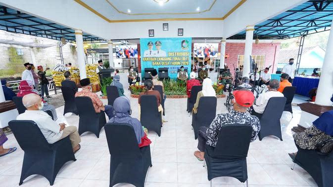 Bupati Banyuwangi Abdullah Azwar Anas dalam kesempatan itu melaporkan berbagai perkembangan Jaring Pengaman Sosial (JPS) di Banyuwangi.
