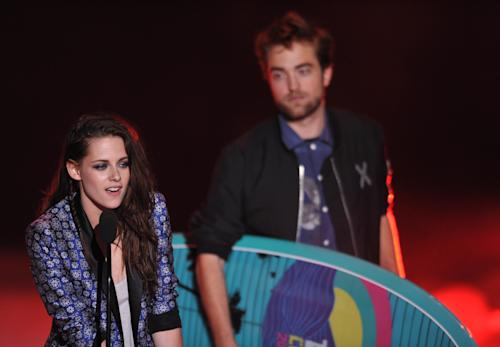Kristen Stewart, left, and Robert Pattinson accept the award for Ultimate Choice at the Teen Choice Awards on Sunday, July 22, 2012, in Universal City, Calif. (Photo by John Shearer/Invision/AP)
