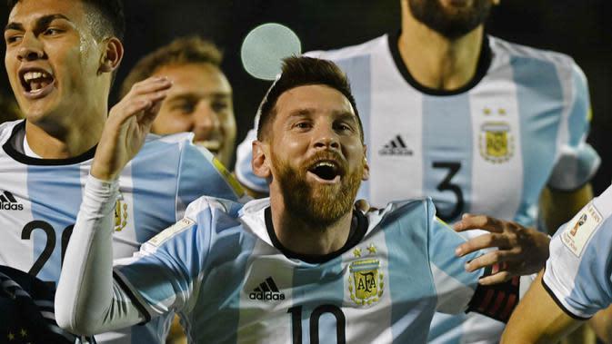 Bintang Argentina, Lionel Messi, merayakan gol yang dicetaknya ke gawang Ekuador pada laga kualifikasi Piala Dunia 2018 di Quito, Minggu (10/10/2017). (AFP/Juan Ruiz)