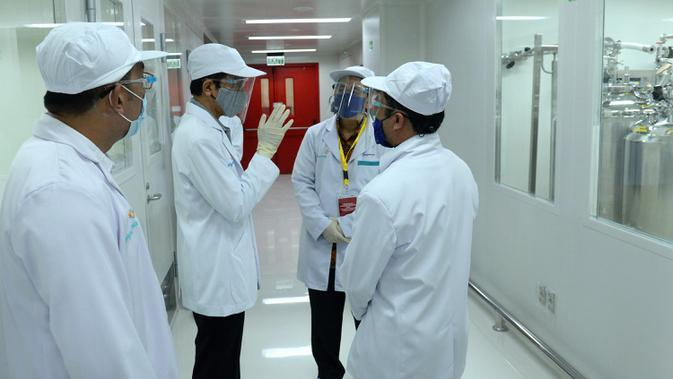 Presiden Joko Widodo atau Jokowi (kedua kiri) meninjau fasilitas produksi dan pengemasan di PT Bio Farma, Bandung, Jawa Barat, Selasa (11/8/2020). Jokowi menggunakan pakaian lengkap penelitian untuk melihat Laboratorium Bio Farma. (Foto: Biro Pers Kepresidenan)