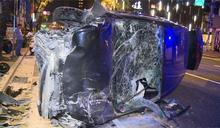 監視器曝光 男開車打瞌睡撞變電箱