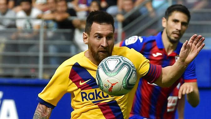 Striker Barcelona, Lionel Messi, berusaha mengontrol Eibar pada laga La Liga 2019 di Stadion Ipurua, Sabtu (19/10). Barcelona menang 3-0 atas Eibar. (AP/Alvaro Barrientos)