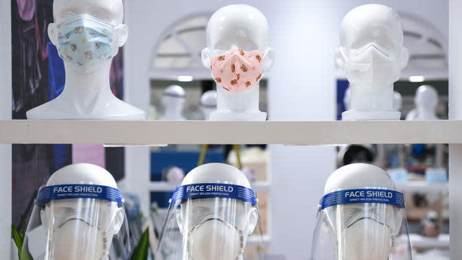 Masker dan pelindung wajah dipamerkan dalam ajang Guangzhou Fair ke-28 di Guangzhou, Provinsi Guangdong, China selatan (28/8/2020). Ajang yang akan berlangsung selama empat hari tersebut dibuka di Guangzhou pada Jumat (28/8). (Xinhua/Deng Hua)