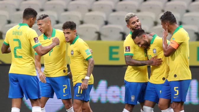 Pemain Brasil merayakan gol yang dicetak Philippe Coutinho ke gawang Bolivia pada laga kualifikasi Piala Dunia 2020 di Corinthians Arena, Sabtu (10/10/2020) pagi WIB. Brasil menang 5-0 atas Bolivia. (AFP/Amanda Perobelli/poll)