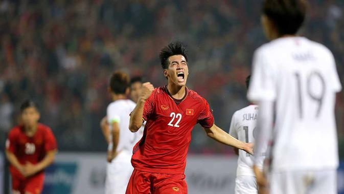 Selebrasi penyerang Vietnam, Nguyen Tien Linh usai menjebol gawang Kamboja pada laga pamungkas Grup A Piala AFF 2018. (AFF Suzuki Cup)