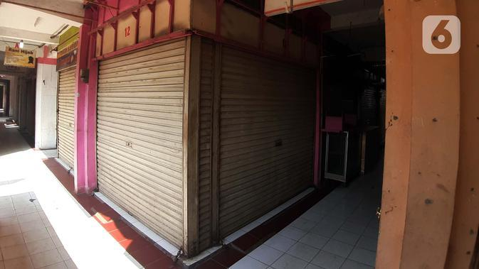 Suasana salah satu lorong kios pedagang di kawasan Pasar Cileungsi, Kabupaten Bogor, Selasa (2/6/2020). Penutupan sementara kegiatan jual beli di Pasar Cileungsi terkait adanya tujuh pedagang yang positif terinfeksi virus COVID-19. (Liputan6.com/Helmi Fithriansyah)