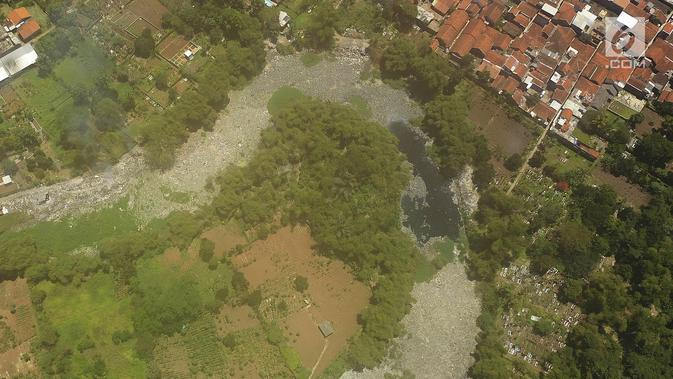 Foto udara Sungai Citarum Lama yang penuh sampah di kawasan Cicukang, Bandung, Jawa Barat, Rabu (3/4). Program Citarum Harum akan dilaksanakan oleh Kementerian Koordinator Bidang Kemaritiman. (Liputan6.com/Herman Zakharia)