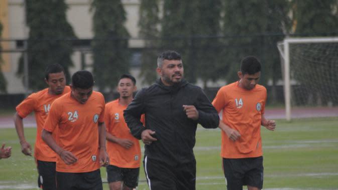 Skuat PSS Sleman menjalani pemanasan pada latihan perdana di lapangan UNY, Senin (14/1/2019) sore, dipimpin oleh asisten pelatih Danilo Fernando. (Bola.com/Vincentius Atmaja)