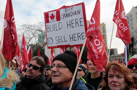 General Motors assembly workers and supporters protest GM's announcement to close its Oshawa assembly plant during a Unifor union rally across the Detroit River from GM's headquarters, in Windsor, Ontario, Canada January 11, 2019. REUTERS/Rebecca Cook