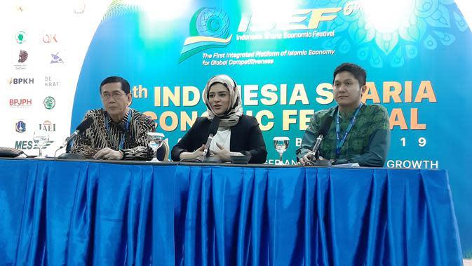 Shaima Hassan (tengah), Propositions Manager di Refenitiv dan Direktur Eksekutif Komite Nasional Keuangan Syariah (KNKS) Ventje Rahardjo (kiri).