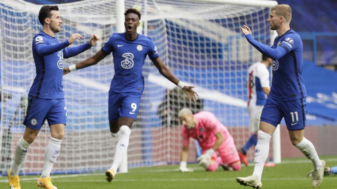 Pemain Chelsea merayakan gol yang dicetak Ben Chilwell ke gawang Crystal Palace pada laga lanjutan Liga Inggris di Stamford Bridge, Sabtu (3/20/2020) malam WIB. Chelsea menang 4-0 atas Crystal Palace. (AFP/Kirsty Wigglesworth/pool)