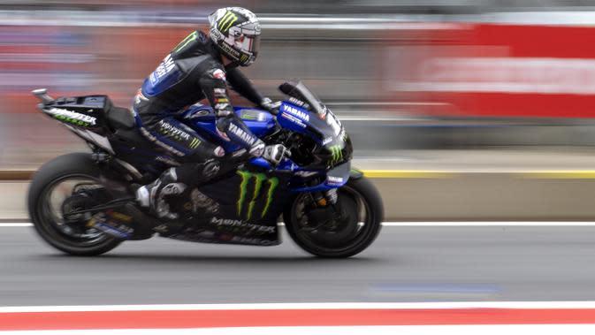 Pembalap Monster Energy Yamaha, Maverick Vinales, saat latihan cepat (FP3) MotoGP Austria di Sirkuit Red Bull Racing, Spielberg, Sabtu (15/8/2020). Vinales keluar sebagai rider tercepat dengan waktu terbaiknya 1 menit 24,317 detik. (AFP/Joe Klamar)