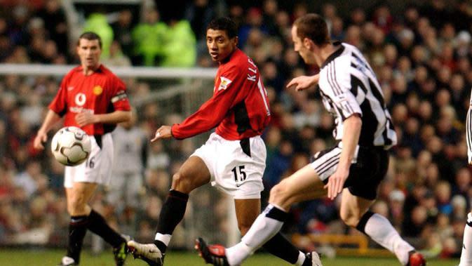 Kleberson (tengah) saat tampil memperkuat Manchester United melawan Newcastle United pada laga Premier League 2004. (AFP/Paul Barker)
