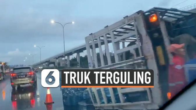VIDEO: Macet, Truk Pembawa Galon Air Terguling di Tol Jagorawi