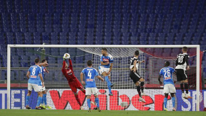 Kiper Napoli, Alex Meret, menangkap bola saat melawan Juventus pada laga Coppa Italia di Stadion Olympic, Roma, Rabu (17/6/2020). Napoli menjadi juara setelah berhasil menang lewat adu penalti atas Juventus dengan skor 4-2.(AP/Andrew Medichini)